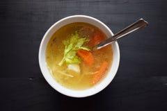 sopa vegetal Casa-feita, em um copo branco da sopa Alimento saudável do alimento do vegetariano Foto de Stock