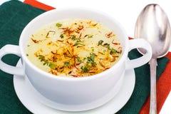 Sopa vegetal com açafrão na bacia branca Fotografia de Stock Royalty Free