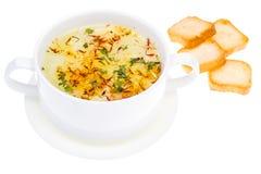 Sopa vegetal com açafrão na bacia branca Fotos de Stock