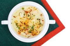 Sopa vegetal com açafrão na bacia branca Imagens de Stock Royalty Free
