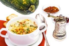Sopa vegetal com açafrão na bacia branca Fotos de Stock Royalty Free