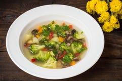 Sopa vegetal com brócolis, cogumelos e ervas Fundo de madeira Vista superior Close-up Fotos de Stock