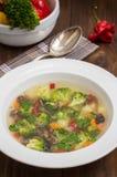 Sopa vegetal com brócolis, cogumelos e ervas Fundo de madeira Vista superior Close-up Foto de Stock