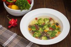 Sopa vegetal com brócolis, cogumelos e ervas Fundo de madeira Vista superior Close-up Imagens de Stock Royalty Free