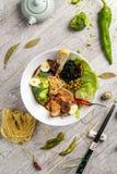 Sopa vegetal com carne, macarronetes e vegetais em uma placa branca Fotografia de Stock
