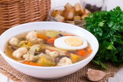 Sopa vegetal com couve, feijões, galinha, ovo, prato saudável saboroso para a dieta, o almoço da criança fotos de stock royalty free