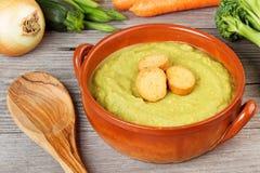 Sopa vegetal com fritos de pão Foto de Stock