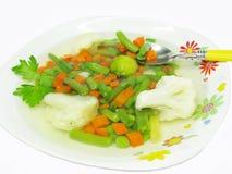 Sopa vegetal con la col rizada y las coles de Bruselas Imagen de archivo libre de regalías