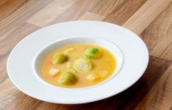 Sopa vegetal das couves de Bruxelas com cenoura, aipo e salsa Fotos de Stock Royalty Free