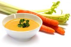 A sopa vegetal do creme da cenoura com aipo e a salsa decoram na Imagens de Stock