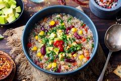 Sopa vegetal do quinoa, guisado com abacate, milho, feijões Vista superior foto de stock