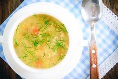 sopa vegetal en una placa blanca imagen de archivo
