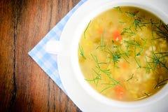 sopa vegetal en una placa blanca Foto de archivo