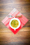 sopa vegetal en una placa blanca Fotografía de archivo