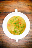 sopa vegetal en una placa blanca Fotos de archivo