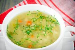 sopa vegetal en una placa blanca imágenes de archivo libres de regalías