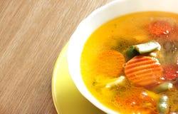 Sopa vegetal en una placa brillante Fotografía de archivo