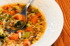 Sopa vegetal na bacia branca fotos de stock