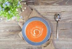 Sopa vegetal no fundo de madeira Estilo rústico Foto de Stock