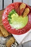 Sopa verde com batatas e bacon triturados Ervilha verde Alimento italiano, fotografia de stock royalty free