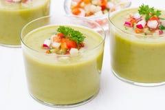 Sopa verde com legumes frescos e salsa, close-up Imagens de Stock Royalty Free
