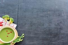 Sopa verde del puré en una tabla negra Imagenes de archivo