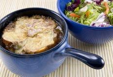 Sopa y ensalada en la estera de bambú Fotos de archivo libres de regalías