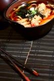 Sopa y palillos de Udon fotos de archivo
