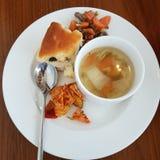 Sopa y pan fotos de archivo