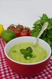 Sopa y verduras sabrosas de guisantes en cierre de la tabla para arriba Fotos de archivo