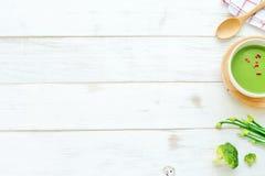Sopa y verduras verdes sobre el fondo blanco Fotos de archivo