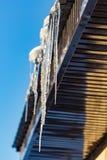 Sopel od dachu dom w zimie obrazy royalty free