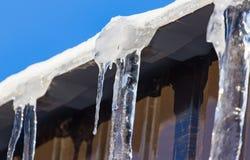 Sopel od dachu dom w zimie obraz stock