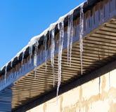 Sopel od dachu dom w zimie zdjęcie stock