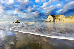 Sopelana strand med vågskum och reflexioner Arkivfoton