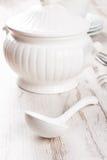 Sopera y cucharón blancas de sopa foto de archivo