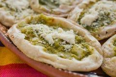 Sopes mexicanos com queijo raspado e salsa verde, alimento mexicano picante em México fotos de stock
