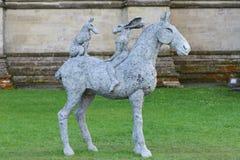 Sophie Ryder Art Exhibition in Salisbury-Kathedrale Stockbild
