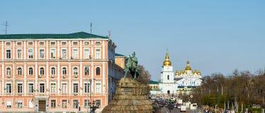 Sophievskaya fyrkant med den historiska monumentet Arkivfoto