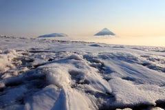 Sopka di Ploskaya Dal'niaya e vulcano di Kluchevskoy. immagine stock