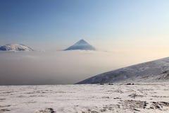 Sopka di Ploskaya Dal'niaya e vulcano di Kluchevskoy. fotografia stock libera da diritti