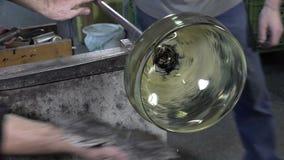 Soplador de vidrio que trabaja en su taller almacen de metraje de vídeo
