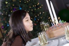 Soplar hacia fuera velas de la torta de cumpleaños Imagen de archivo