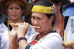 Soplar una flauta de bambú Fotos de archivo libres de regalías