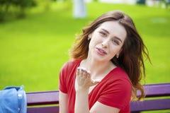Sople el beso, modelo cabelludo femenino caucásico joven Foto de archivo libre de regalías