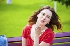 Sople el beso, modelo cabelludo femenino caucásico joven Imagen de archivo libre de regalías