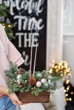 Sople hacia fuera las velas y el humo Taller de la decoración de la Navidad con sus propias manos Caja de madera de la Navidad co Imágenes de archivo libres de regalías