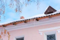 Sople wiesza na dachu różowy budynek Ładna ciepła i Pogodna pogoda zdjęcia stock