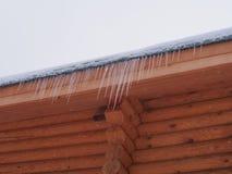 Sople wiesza od dachu drewniany dom zdjęcia stock
