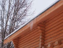 Sople wiesza od dachu drewniany dom obrazy royalty free
